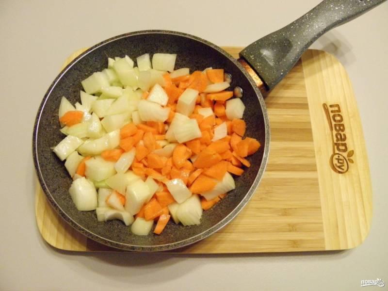 Лук и морковь порежьте на не большие кусочки, обжарьте на другой сковороде на растительном масле до готовности.