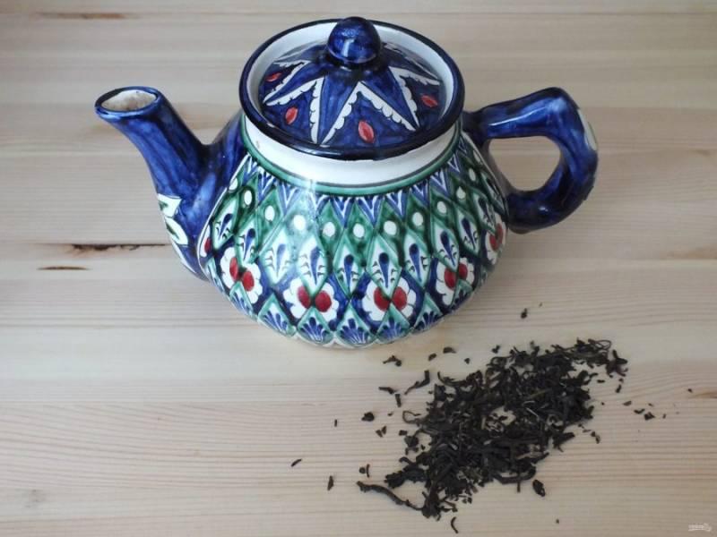 За это время заварите зеленый чай, в чайник засыпьте зеленый чай, залейте горячей водой, через 3 минуты слейте и залейте вновь горячей водой. Оставьте настаиваться.