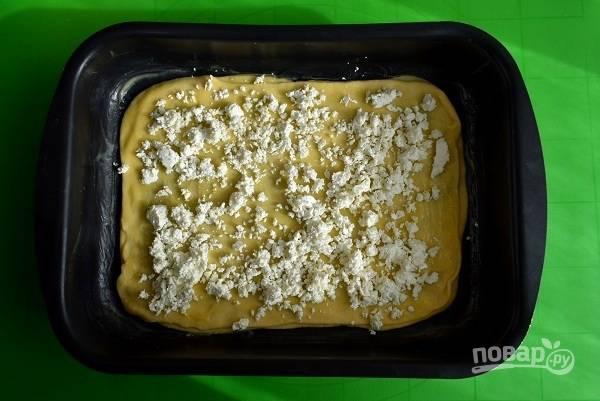 Каждый второй пласт посыпьте измельченный сыром.