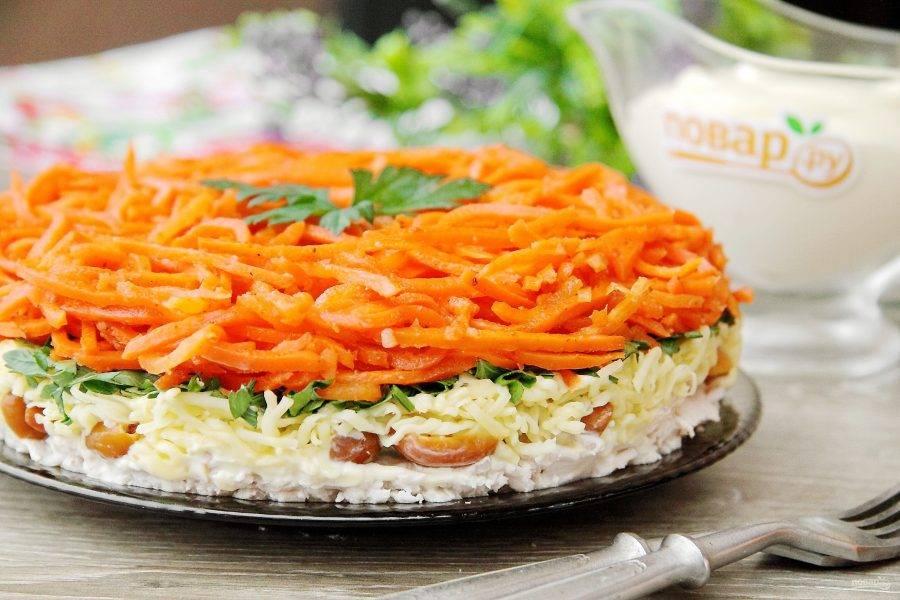 Салат карусель с корейской морковью готов. Аккуратно убираем кольцо и подаем салат к столу. Приятного аппетита!
