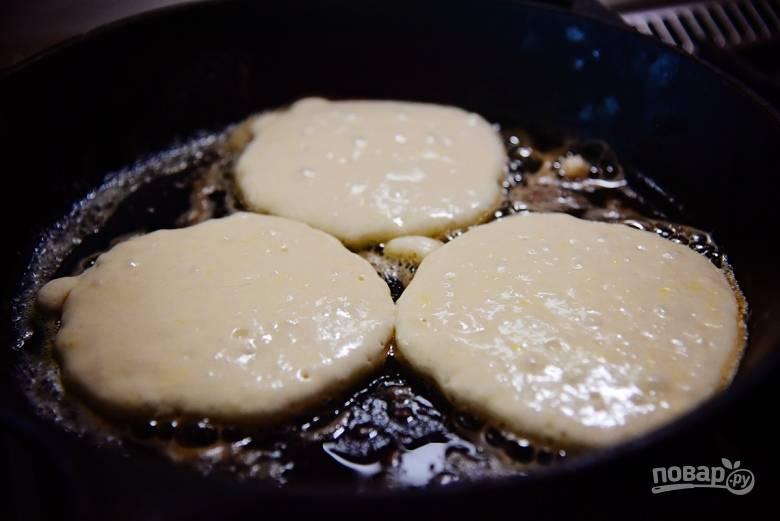8. Растопите немного сливочного масла и выкладывайте тесто ложкой на сковороду.