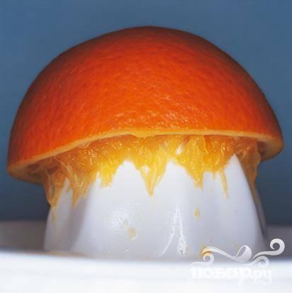 3. Выжмите сок с мякотью из апельсинов – в зависимости от сезона и сочности цитрусовых их понадобится 2-3 штуки.