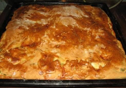 Готовность пирога проверяем деревянной зубочисткой. Обычно, когда пирог покрывается аппетитной румяной корочкой, он уже готов.
