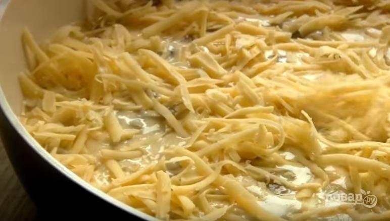 6. Посыпьте сверху тертым сыром и поставьте в духовку, разогретую до 180 градусов, на 30-40 минут.