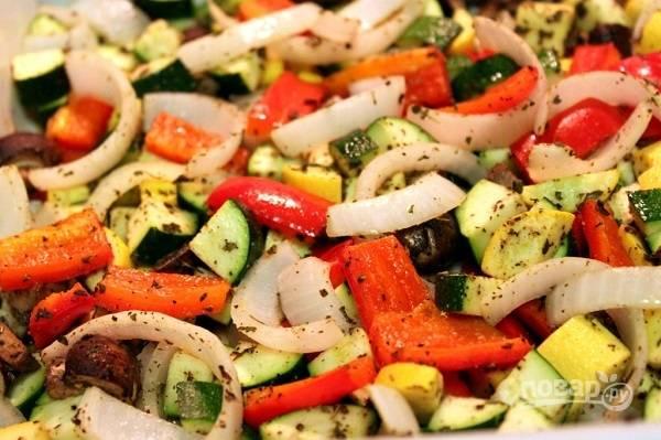 3. Полейте оливковое масло и отправьте в разогретую до 190 градусов духовку на 15 минут. Параллельно в подсоленной воде отварите макароны.