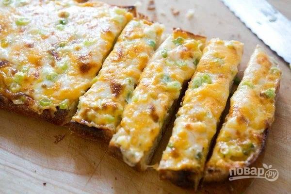 6.Переложите хлеб на разделочную доску и оставьте на 5-8 минут для остывания, затем нарежьте кусочками и наслаждайтесь.