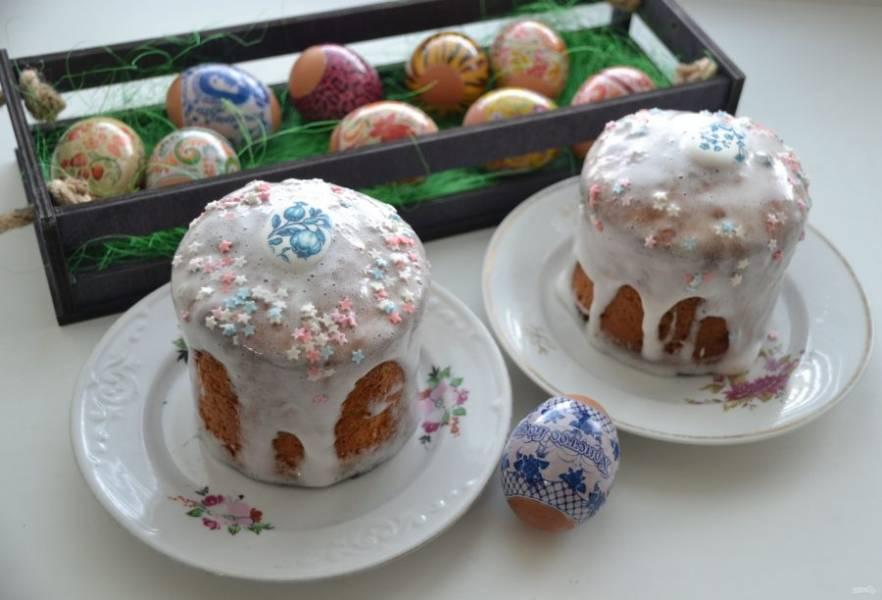 Покройте куличи глазурью, украсьте сахарной посыпкой. Куличи готовы и ждут своего часа, чтобы порадовать всех в светлый праздник Пасхи.