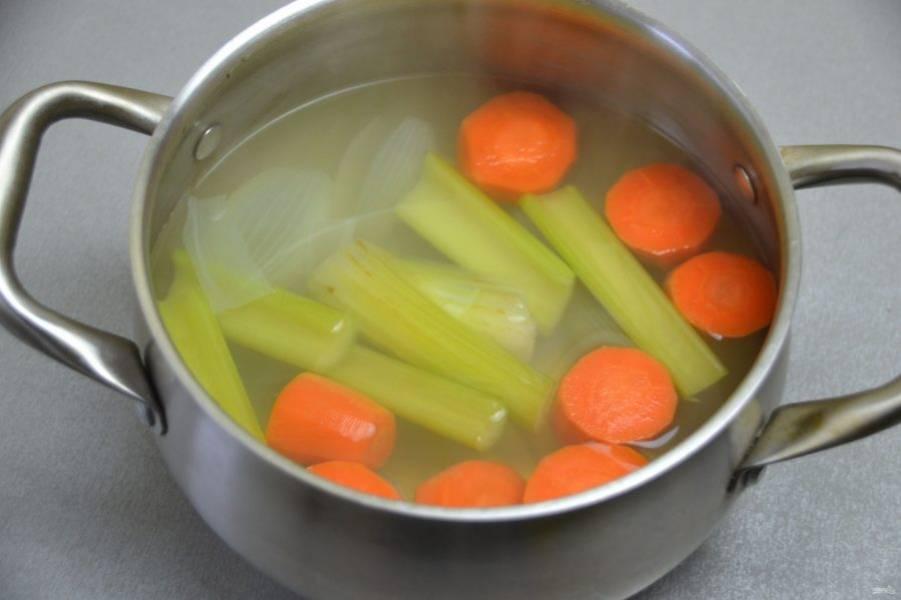 Процедите готовый овощной бульон через сито.