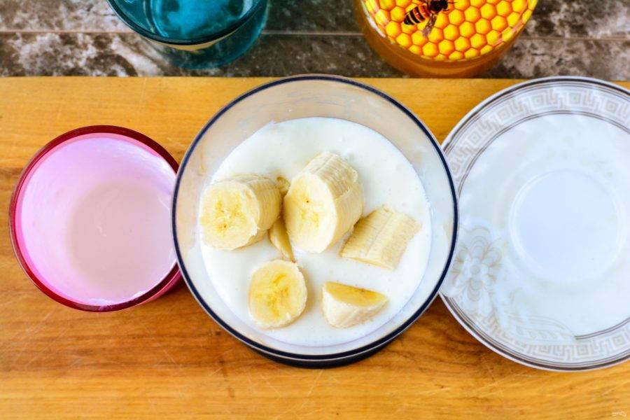 К кефиру добавьте нарезанный кусочками спелый банан.