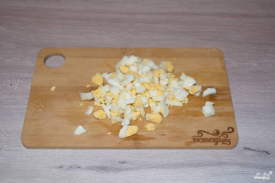 Отварное куриное яйцо очищаем и измельчаем.