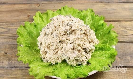5. Выложите на листья салата.