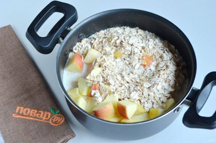 4. К тыкве добавьте изюм, яблоко, овсяные хлопья и молоко. Варите при слабом кипении 10 минут.