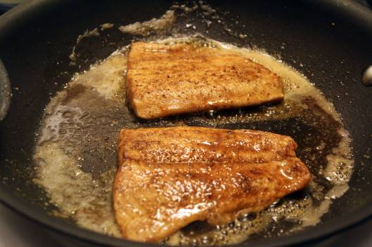 3. Обжарить на среднем огне до готовности. Важно рыбу не пересушить, иначе она станет жесткой и не сочной.