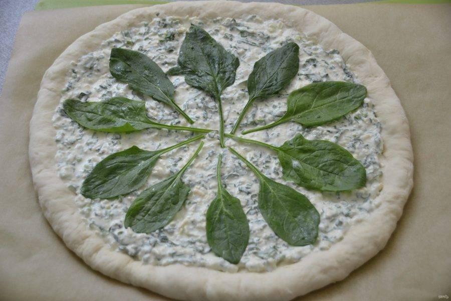 Украсьте листочками шпината.