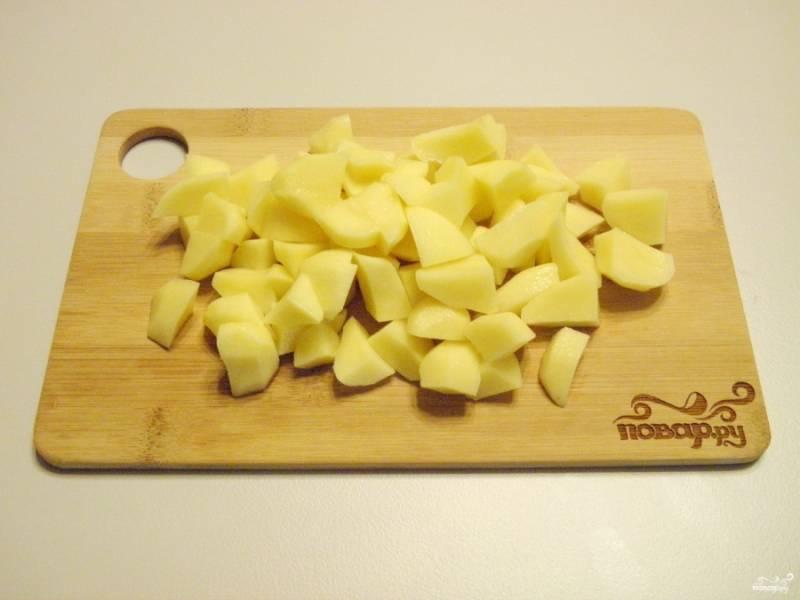Очищенный картофель порежьте мелкими кубиками.