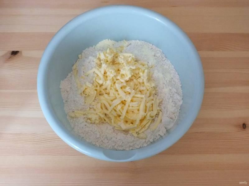 В просеянную муку добавьте соль, разрыхлитель д/теста и натрите масло. Перетрите в крошку.