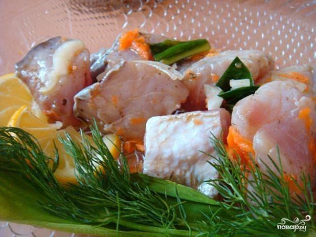 Готовый маринованный толстолобик подавать лучше всего с лимончиком, зеленью и морковкой. Приятного аппетита!