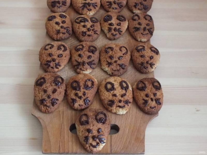 Оставьте печенье, чтобы застыла рисовальная масса. После можно использовать по назначению.
