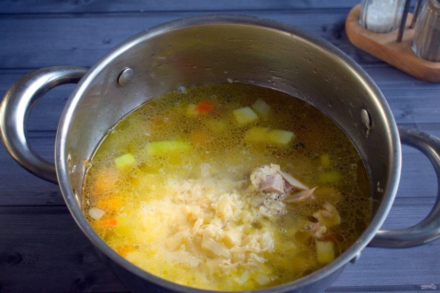Добавьте курицу, сыр, доведите до кипения.