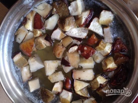 Отправляем замороженные (!!!) грибы к картофелю.