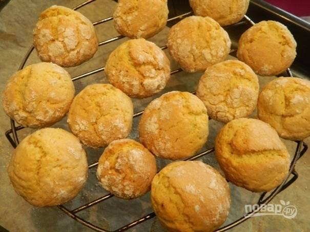 10. Выпекаем лимонное треснутое печенье минут 10-12. Затем выкладываем его на решетку, чтобы остыло.