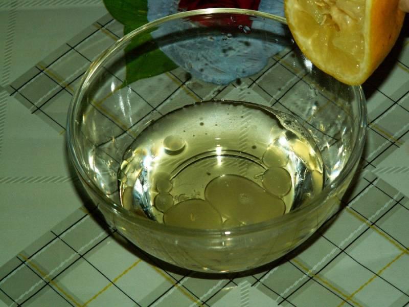 11. Соединить оливковое масло и соком лимона. Добавить немного соли и перца при желании. Тщательно перемешать.