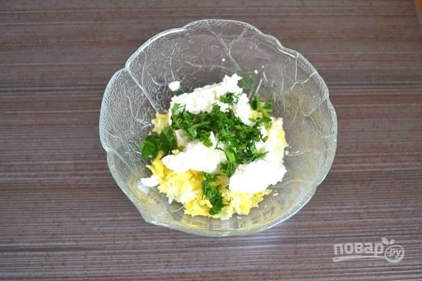 4. Вымойте, обсушите и измельчите свежую зелень, добавьте в салатник.