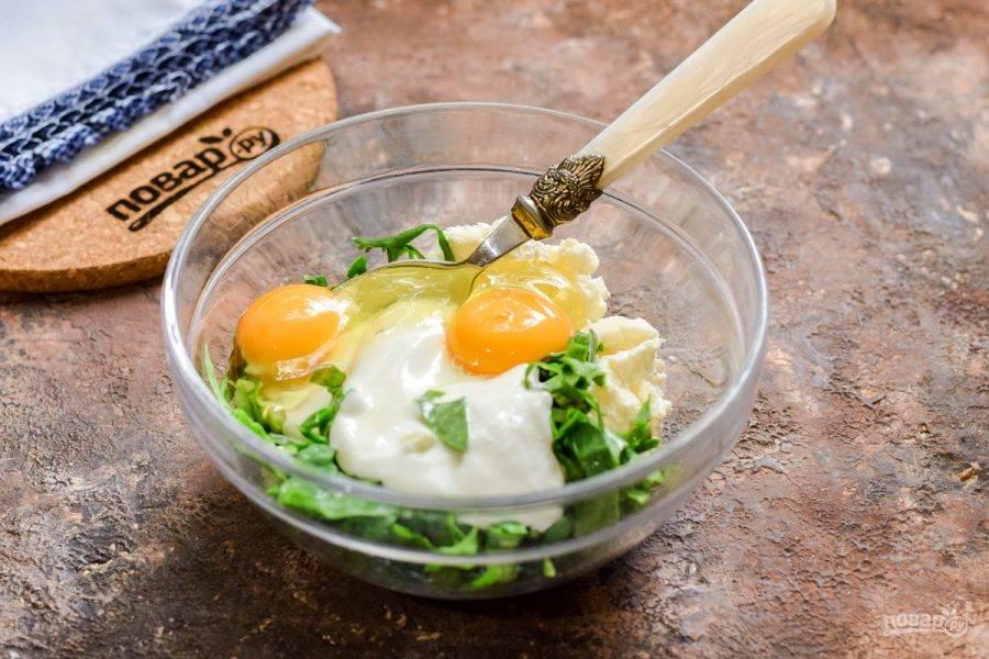 Аккуратно вбейте в миску несколько крупных куриных яиц.