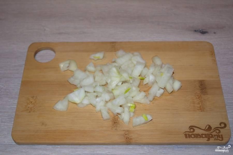 Для приготовления таких нежных куриных котлет для начала следует очистить и нарезать репчатый лук.