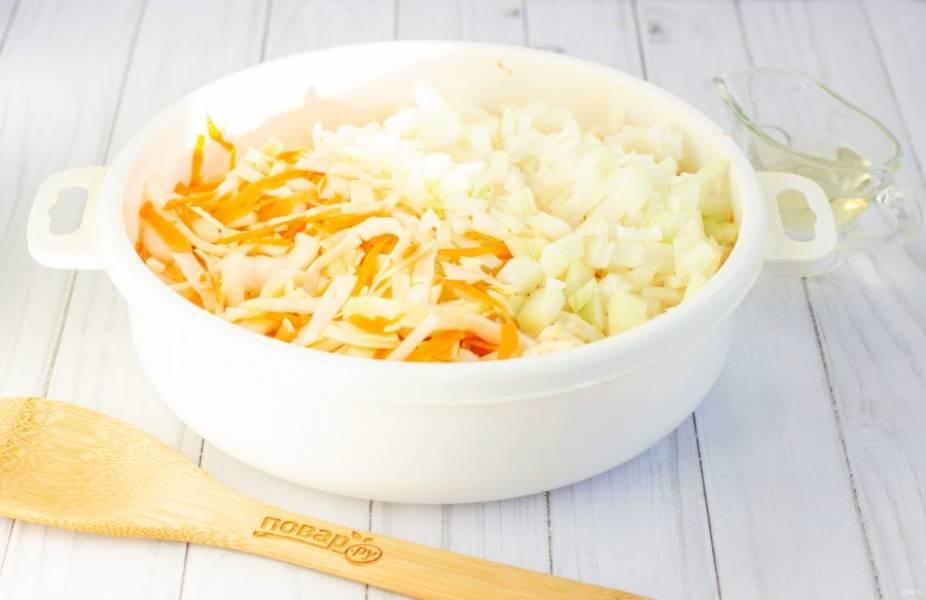 Капусту нашинкуйте не очень крупно, посолите по вкусу и помните руками. Затем в капусту добавьте морковь, натертую на крупной терке и нарезанный кубиками лук. В овощи также добавьте 1 ст. л. растительного масла и тщательно перемешайте.