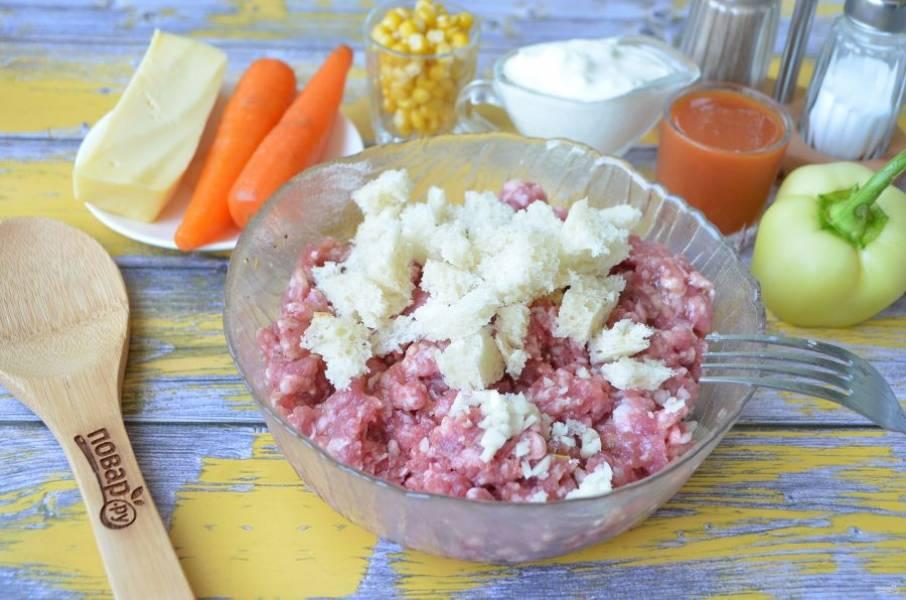 3. У хлеба срежьте грубую корочку, порвите мякоть руками и добавьте к фаршу, положите рубленный мелко чеснок, перемешайте хорошо вилочкой.