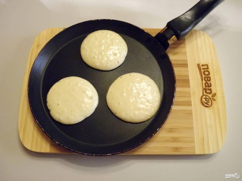 Столовой ложкой наливайте тесто на горячую сухую антипригарную сковороду. Жарьте до появления золотистой корочки.