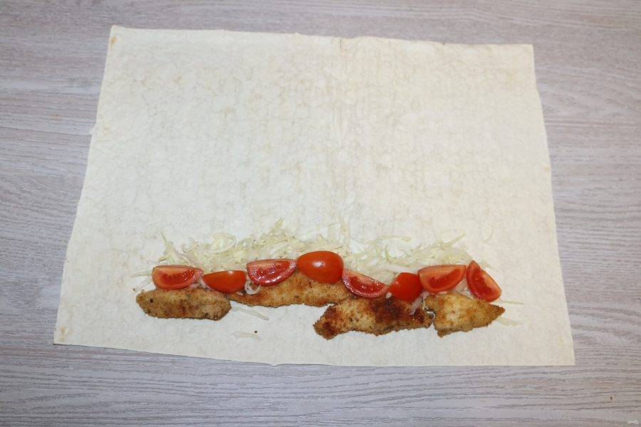 Затем нарезанные помидоры черри.