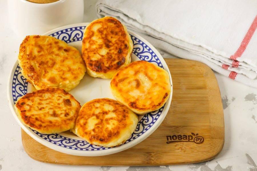 Выложите румяные сырники на тарелку и дайте им слегка остыть.