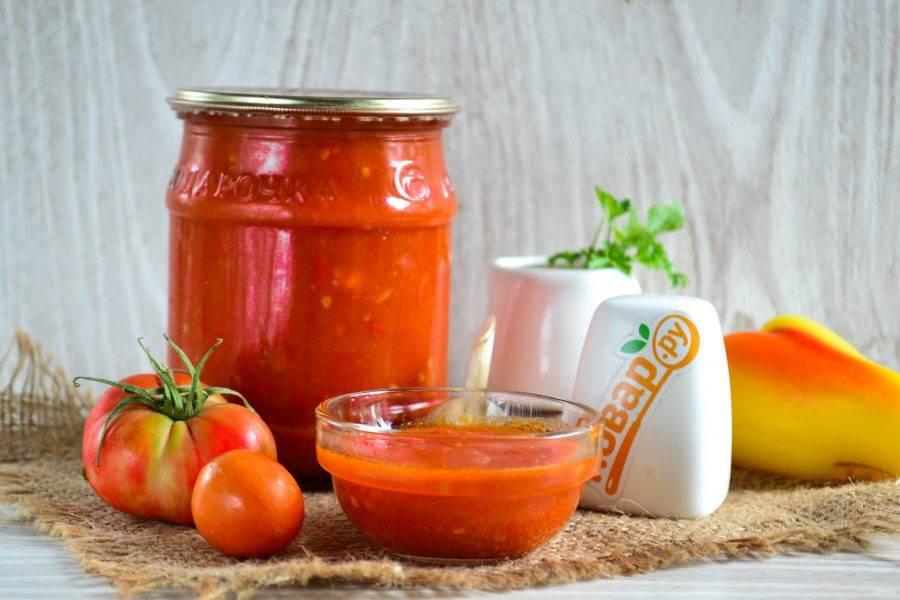 Закатайте баночку с томатной пастой металлической крышкой, после остывания храните, как и другую консервацию.