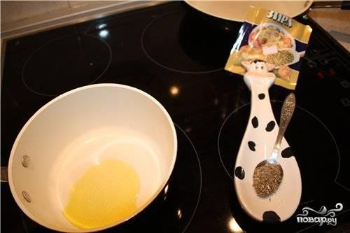 4. Если вы используете оливковое масло, то рекомендую его прогреть немного на сковороде вместе со специями. В данном случае это зира.