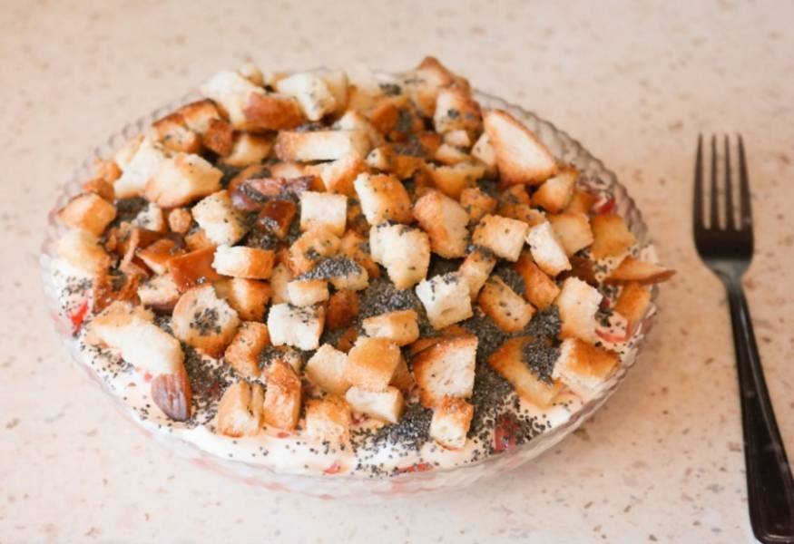 На помидоры выкладываем остывшие сухарики, посыпаем маком и можно салат подавать к столу. Приятного аппетита!