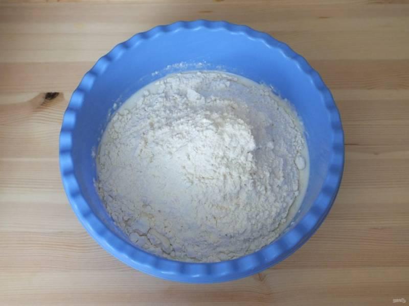В теплый кефир добавьте сахар с дрожжами, соль, просеянную муку.