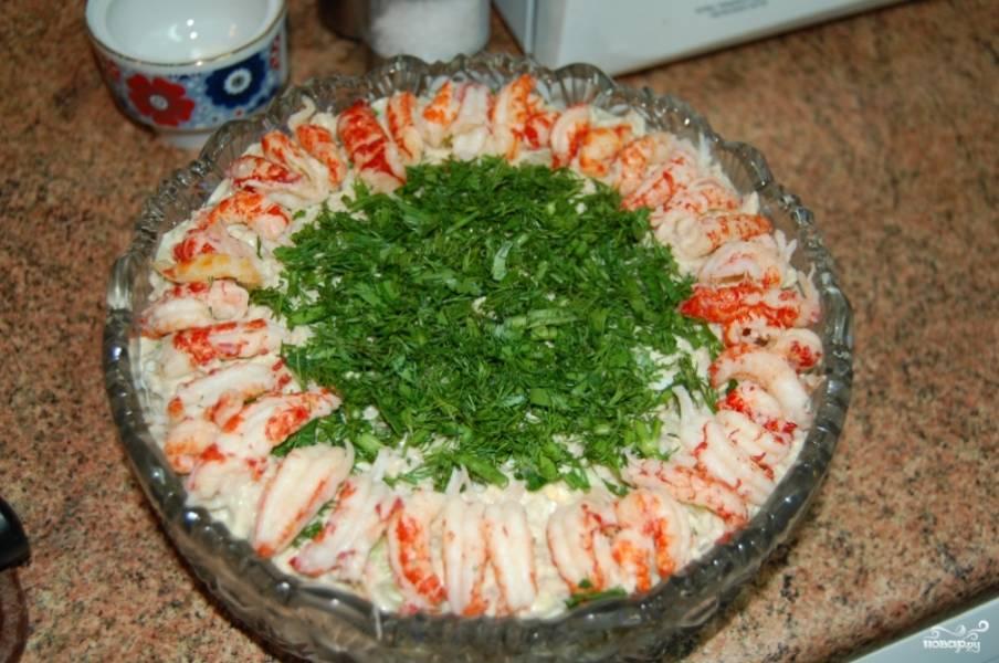 """Готовый классический французский салат """"Оливье"""" украсьте перед подачей раковыми шейками и зеленью по вкусу. Приятного аппетита!"""