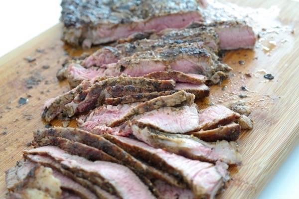 Дайте мясу остыть, порежьте его на порционные кусочки.