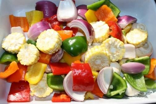 4. Подготовьте овощи, которые будете запекать. Очистите и нарежьте их.