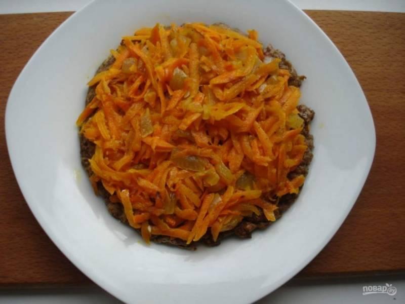 Соберите торт. Первым слоем на блюдо поместите печеночный блин, смажьте его майонезом и распределите ложкой равномерно по блину морковь с луком.