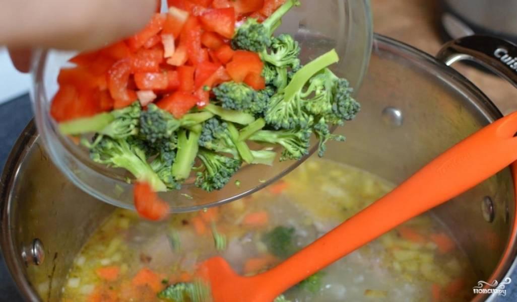 Затем в суп добавляем брокколи и перец. Варим еще 10 минут.