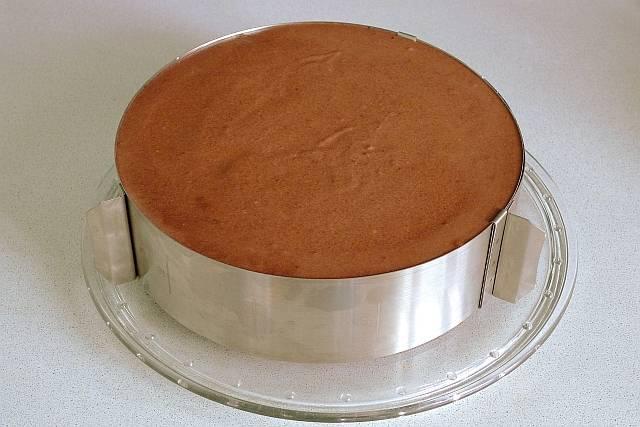 17. Залить торт, разравнивая поверхность, и отправить в холодильник минимум на 2-2.5 часа.