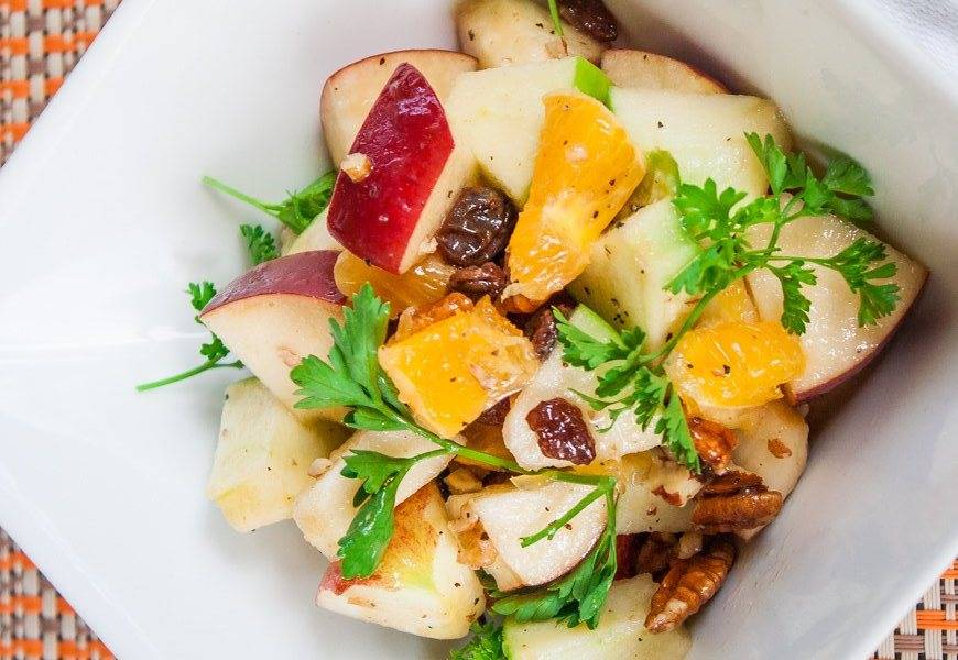 Заправляем все соусом. Даем немного постоять в холодильнике. Перед подачей наш готовый салат из апельсинов и яблок можно посолить и поперчить, а также украсить зеленью. Приятного аппетита!