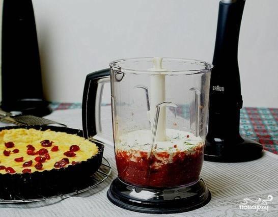 Добавляем в ту же чашу блендера сливки, базилик, одно яйцо, соль и перец. Взбиваем до однородности еще раз.