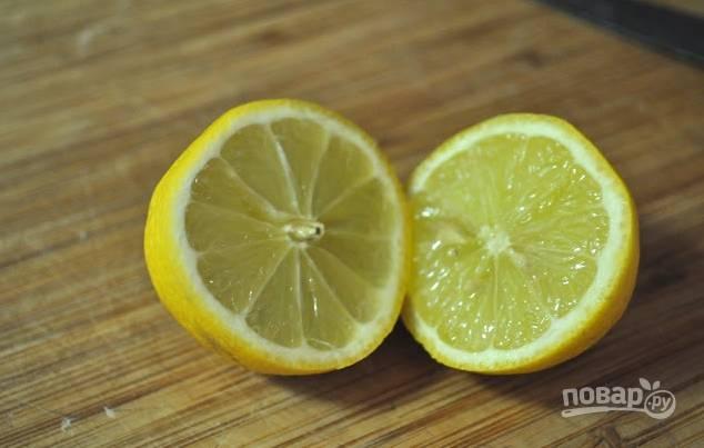 2. Выдавите сок из половины лимона и сбрызните им яблоки.