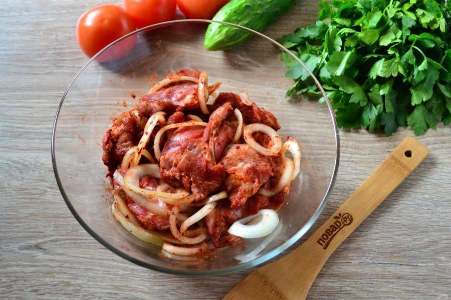 В большой миске смешайте мясо с луком, добавьте соль, паприку и уксус. Уксус добавляется по желанию, по сути, в этом рецепте можно обойтись без него. А можно столовый уксус заменить на яблочный. Хорошенько все перемешайте и отправьте в холодильник мариноваться минимум на 4 часа, а лучше оставить на ночь.