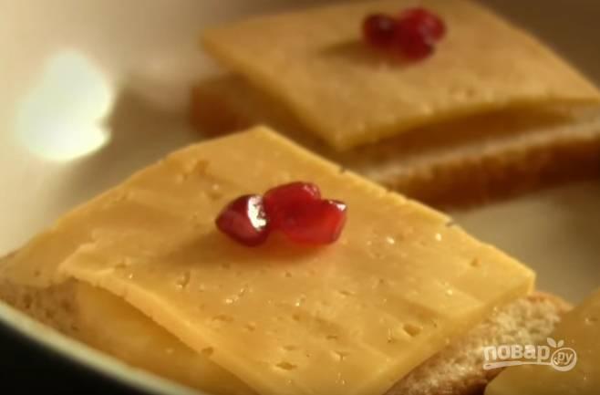 5. По несколько зернышек граната положите на сыр. Накройте сковороду крышкой, жарьте на медленном огне, пока сыр не расплавится.