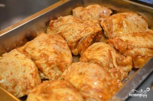 3. Смажьте немного маслом жаропрочную форму и выложите в неё промаринованную курочку. Отправьте в разогретую до 220 градусов духовку.